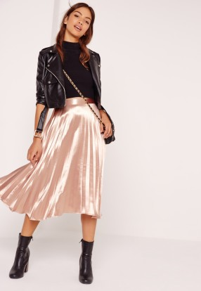 Missguided : https://www.missguided.eu/clothing/skirts/full-pleated-midi-skirt-rose-gold
